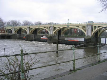 Richmond_Lock_from_Isleworth,Middx_looking_SE